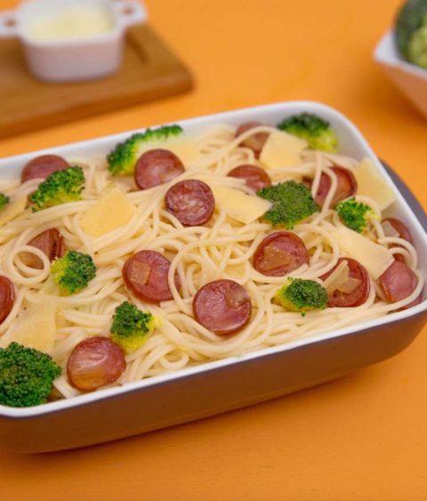 Espaguete com Brócolis e Calabresa